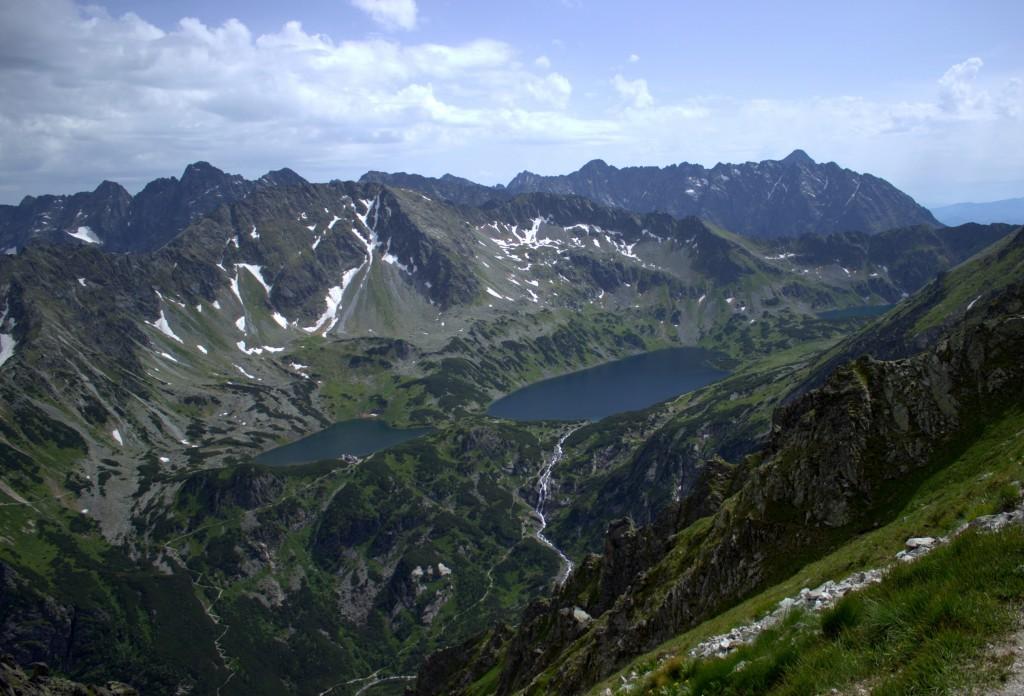 Widok z Przełęczy Krzyżne na Dolinę Pięciu Stawów i Tatry Wysokie