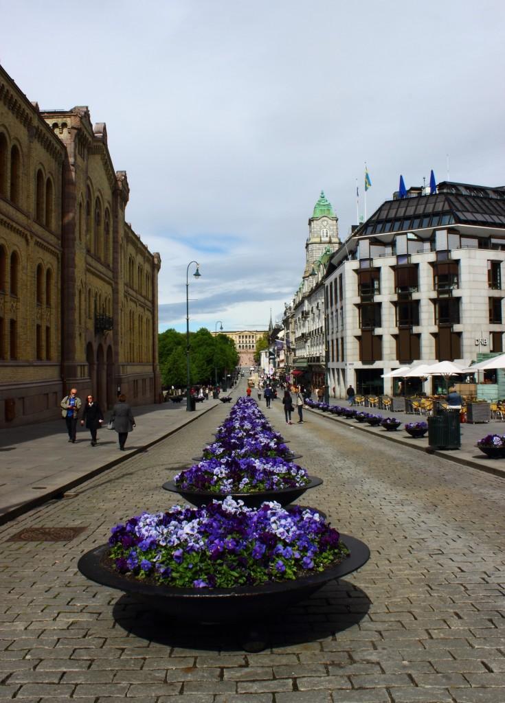 Karl Johans Gate, w oddali Pałac Królewski, Oslo