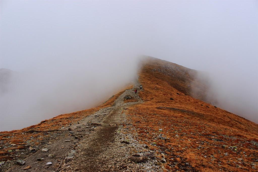 Zrób ciekawsze zdjęcie w górach. Pokaż turystów na szlaku