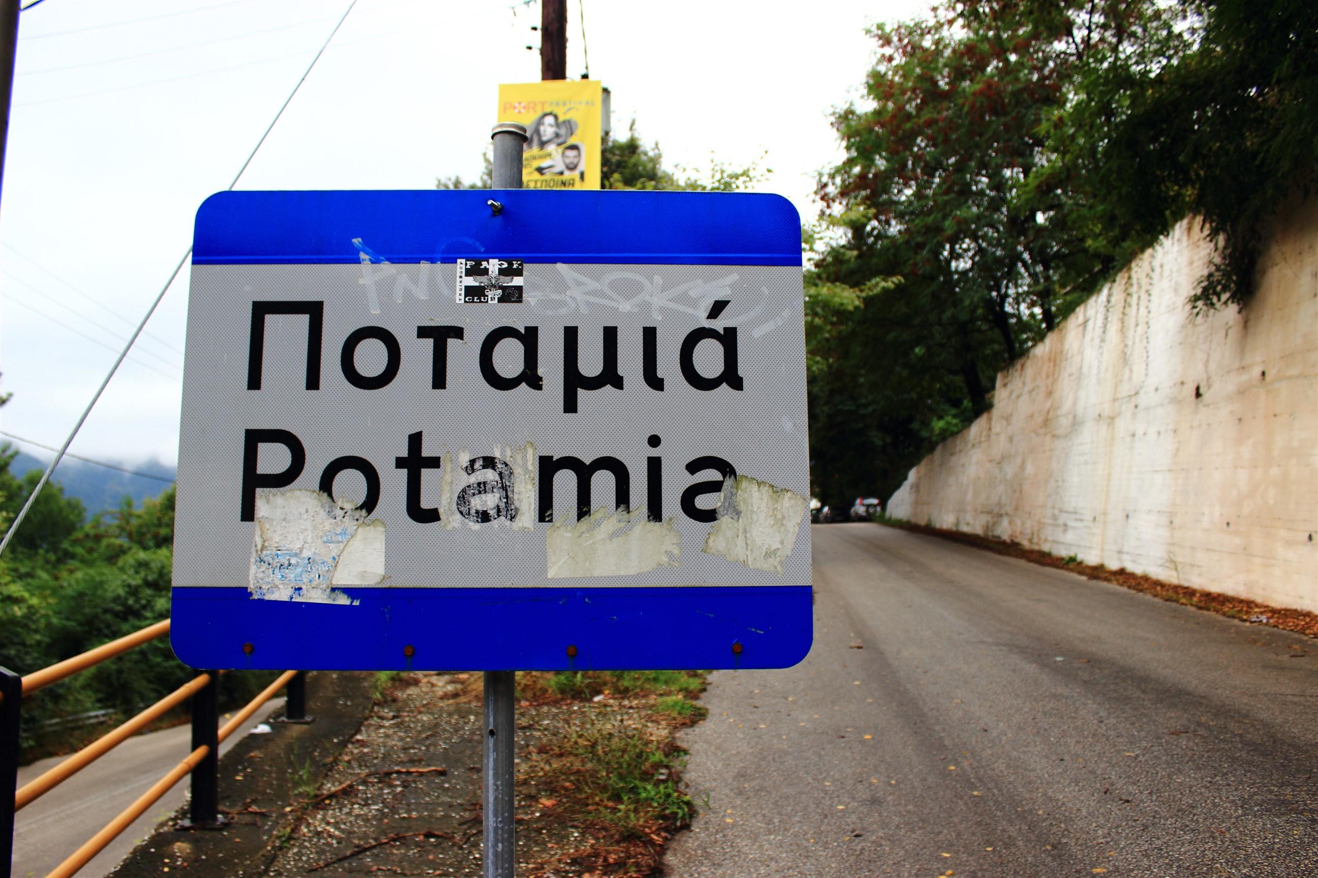 """Wszechobecne """"wlepki"""" na znakach to nie tylko polska domena."""
