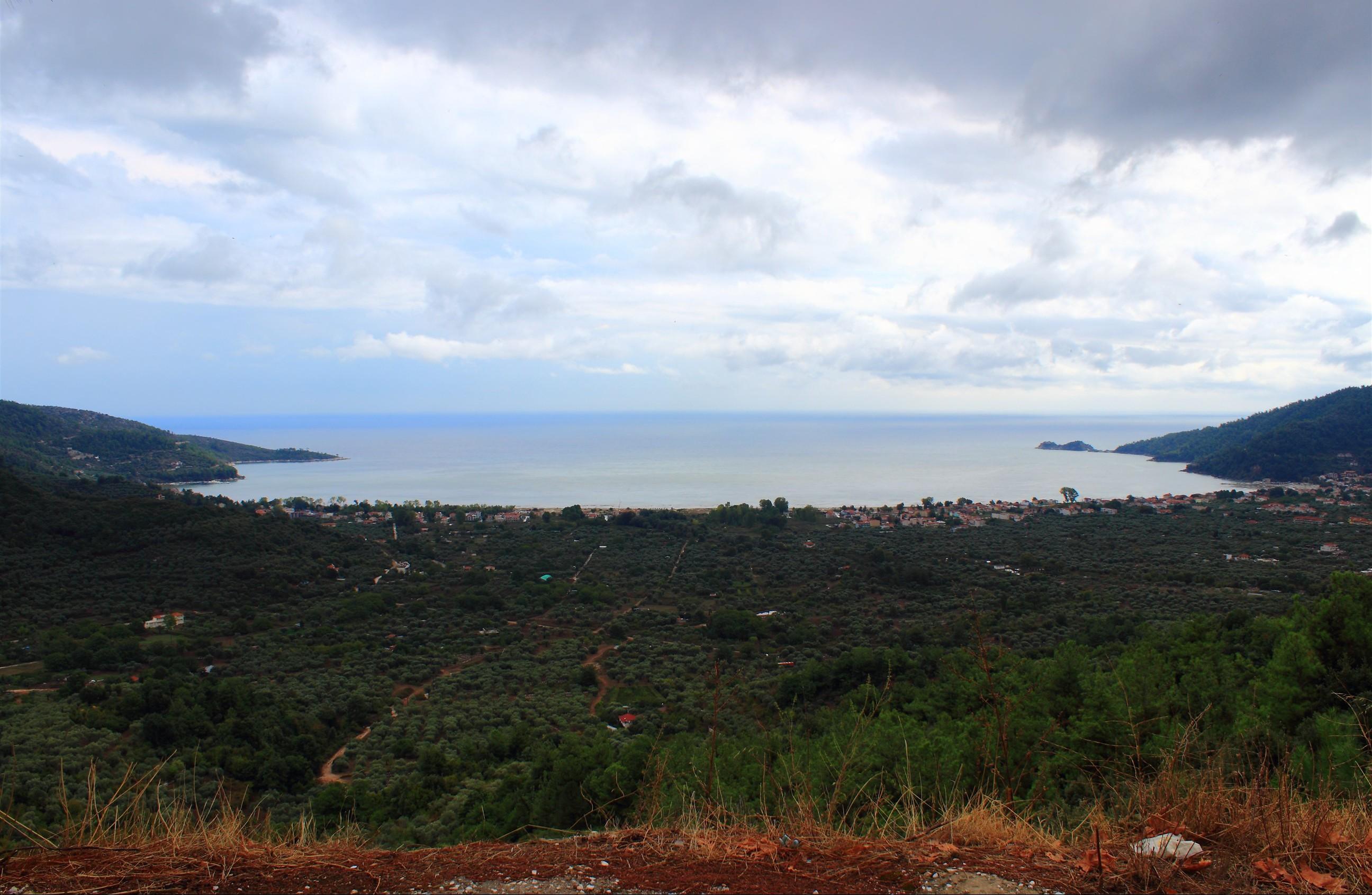 Widok na Golden Beach z jednego z widokowych tarasów pomiędzy Potamią, a Panagią.