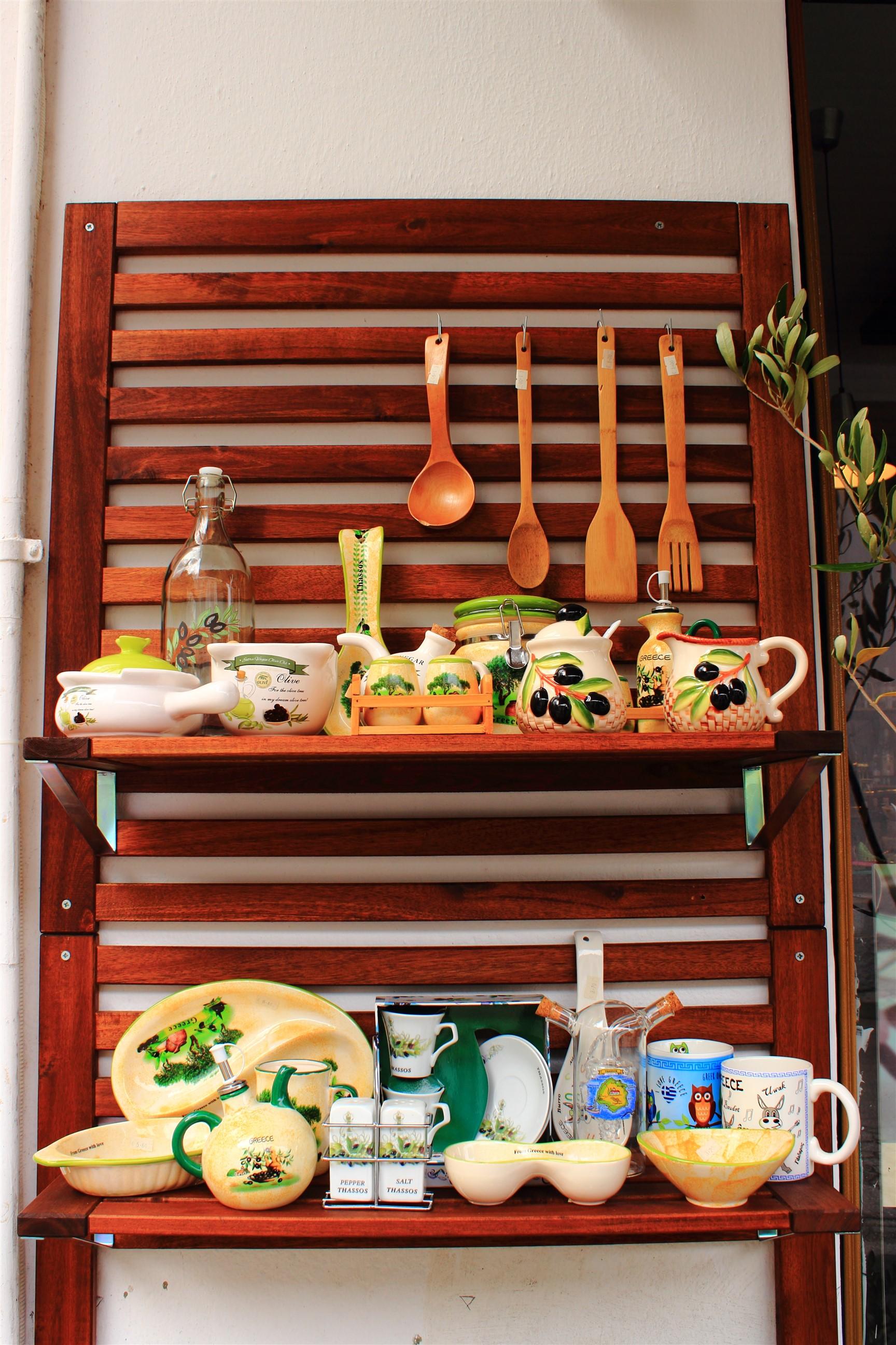 .... oraz naczynia, dzbanki, półmiski czy sztućce z drewna oliwnego.