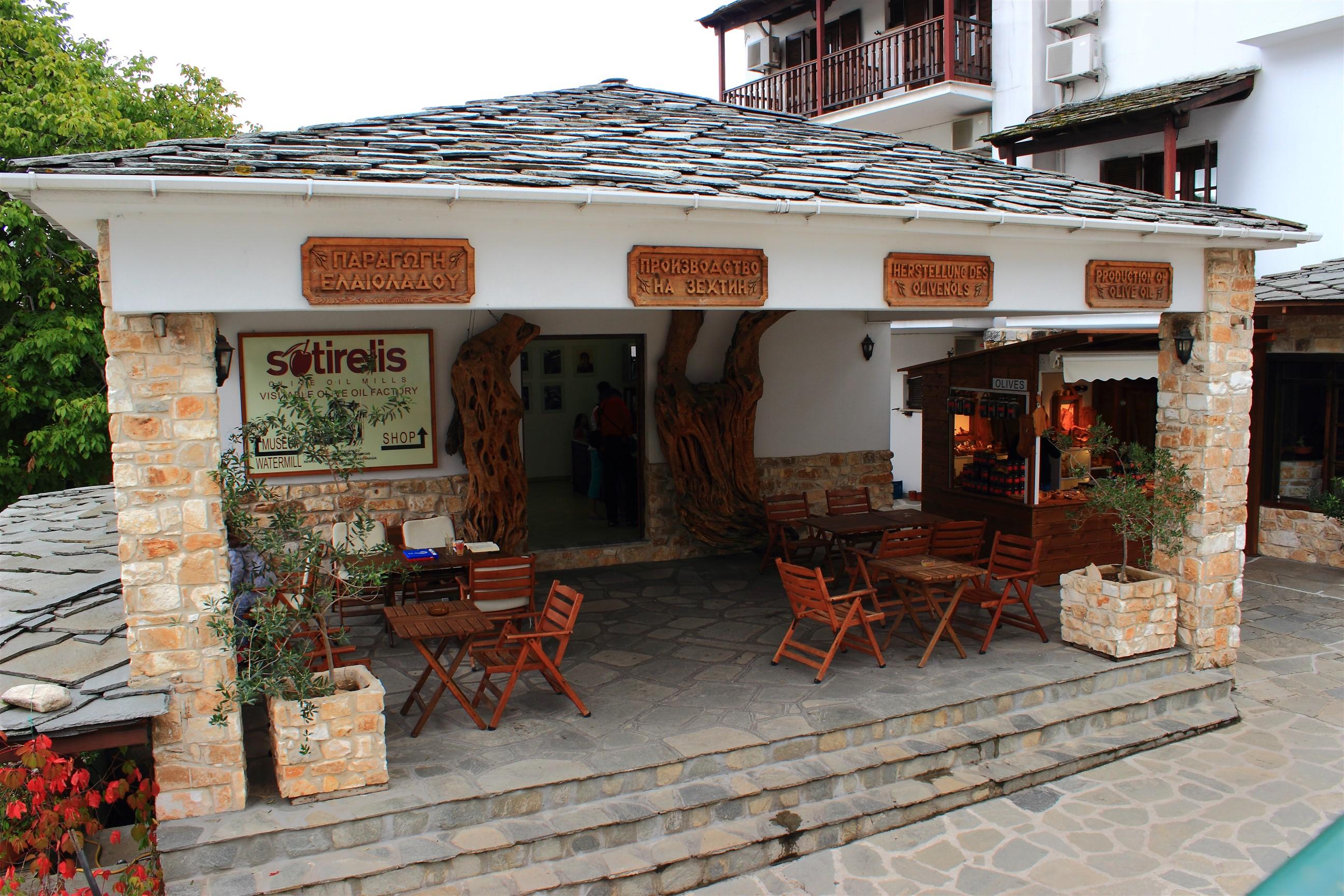 Sotirelis - muzeum i sklep z artykułami oliwnymi. Po prawej stronie stoisko z oliwkami i drewnodziełami.