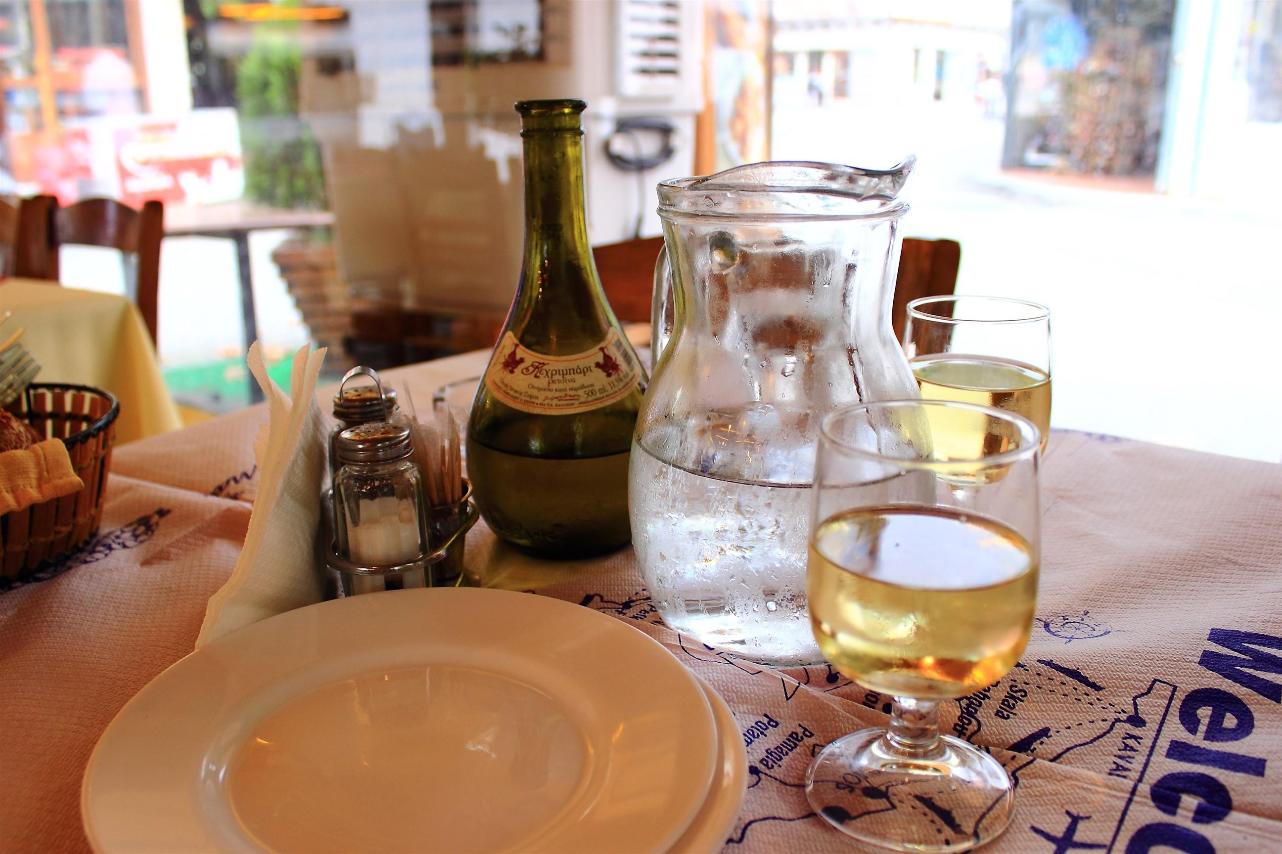 Retsina - greckie wino aromatyzowane, wyrabiane z dodatkiem żywicy sosny alepskiej. Ma mocny, kwaśny smak, który świetnie gasi pragnienie.