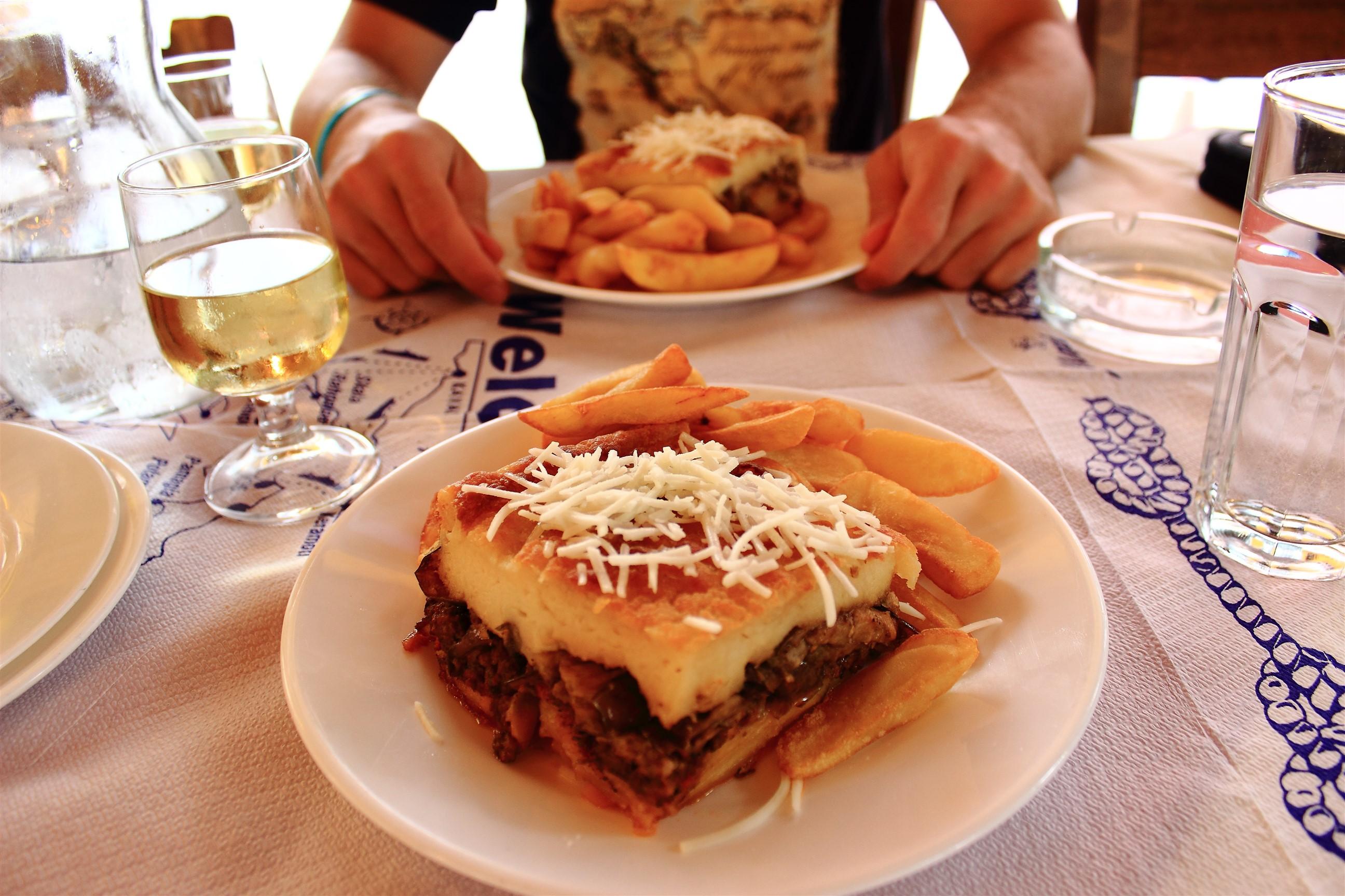 Moussaka. W Grecji wszystko podawane jest z frytkami, które są dużo smaczniejsze niż u nas :P