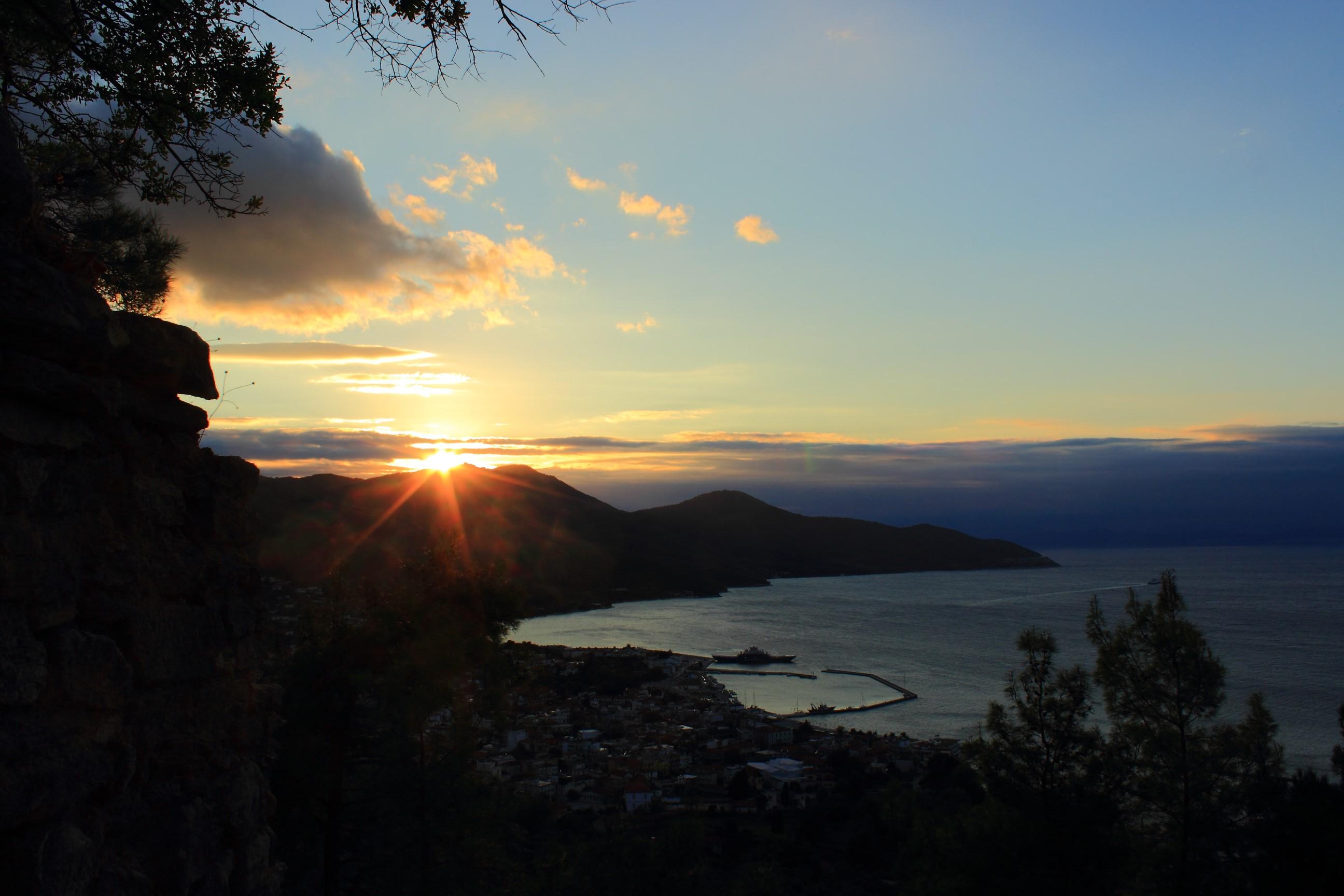 Zachód słońca z ruin zamku w Limenas