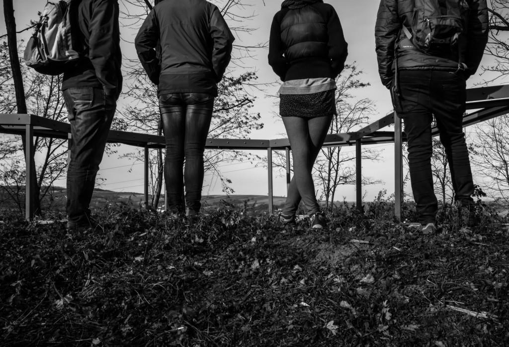 Cztery postacie wpatrujące się w widoki Pogórza Przemyskiego