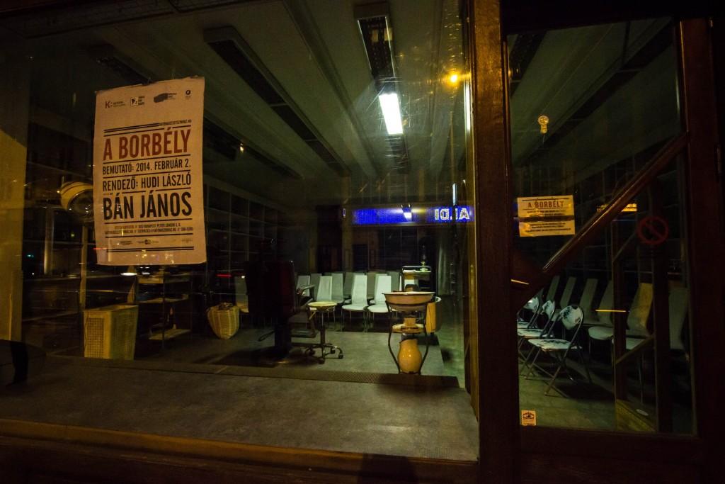 Salon fryzjerski, w którym wystawiane są pokazy strzyżenia (choć nam krzesło fryzjerskie bardziej przypominało krzesło elektryczne)