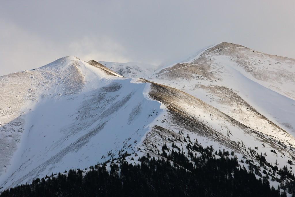 Po lewej Trzydniowiański Wierch (1758 m npm), a po prawej Czubik (1846 m npm)