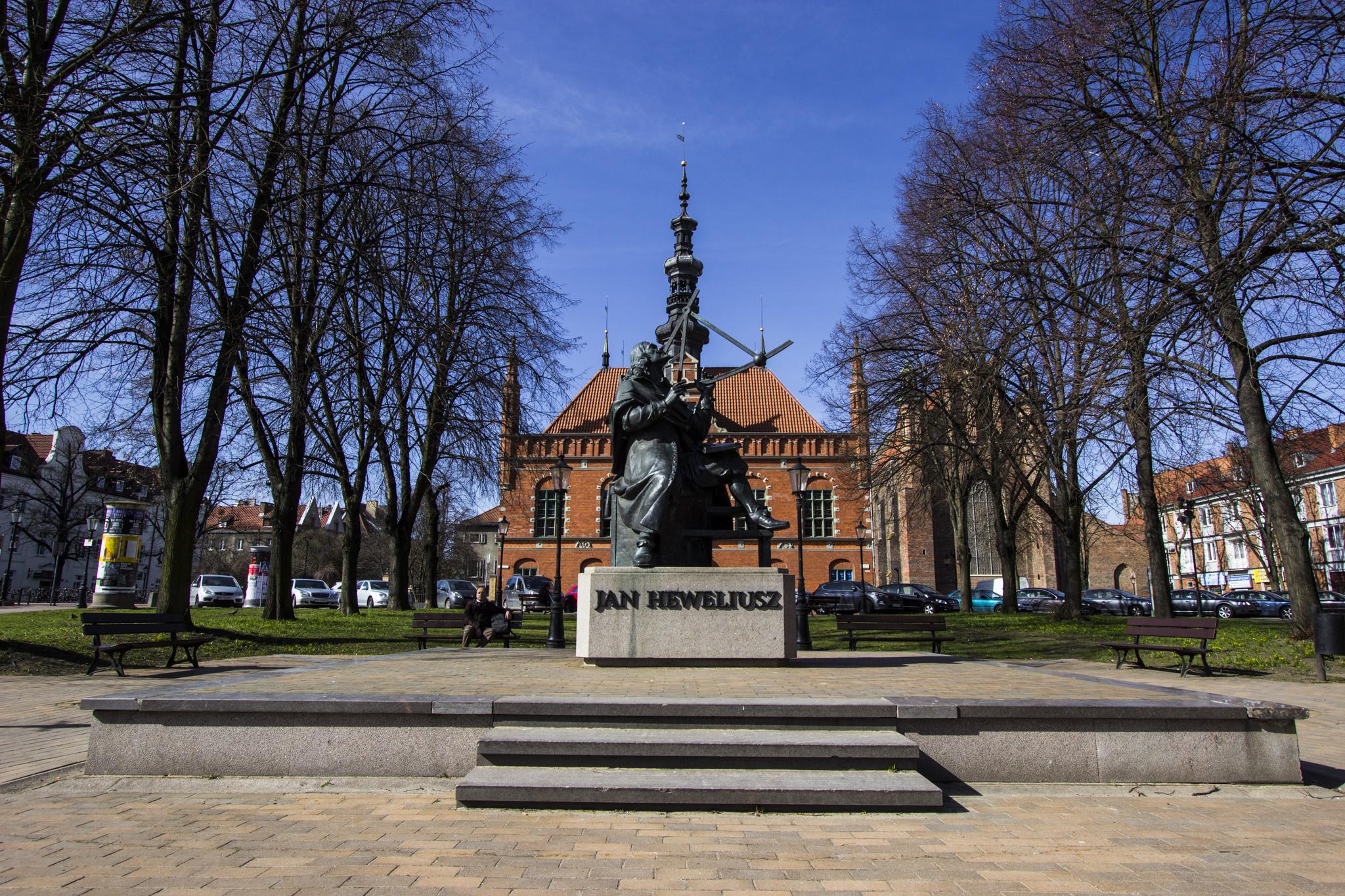Plac im. Jana Heweliusza, jego pomnik, a za nim Ratusz Starego Miasta.