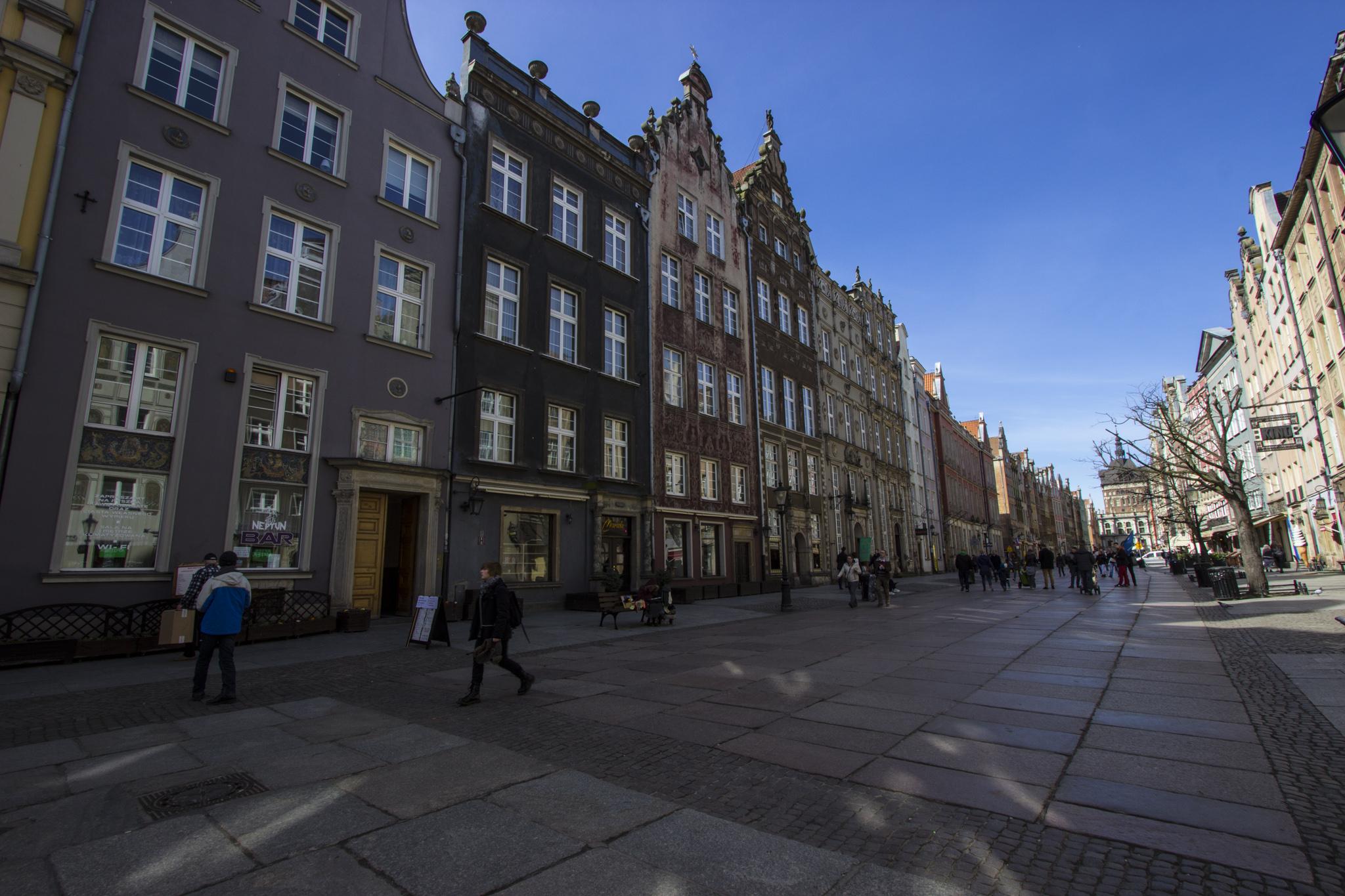 Długi Targ to nie tylko turyści. 😉 Na tej ulicy znajdziemy wiele kolorowych i ciekawych kamienic