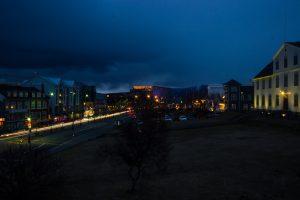 Harpa nocą. Widok z naszego okna w Reykjaviku