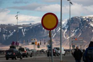 Jedna z ulic Reykjaviku, w tle masyw górski Esja