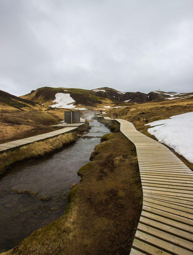 Gorąca rzeka Reykjadalur. Po lewej jedna ze skromnych przebieralni. Nie myślcie, że ochroni Was przed wiatrem