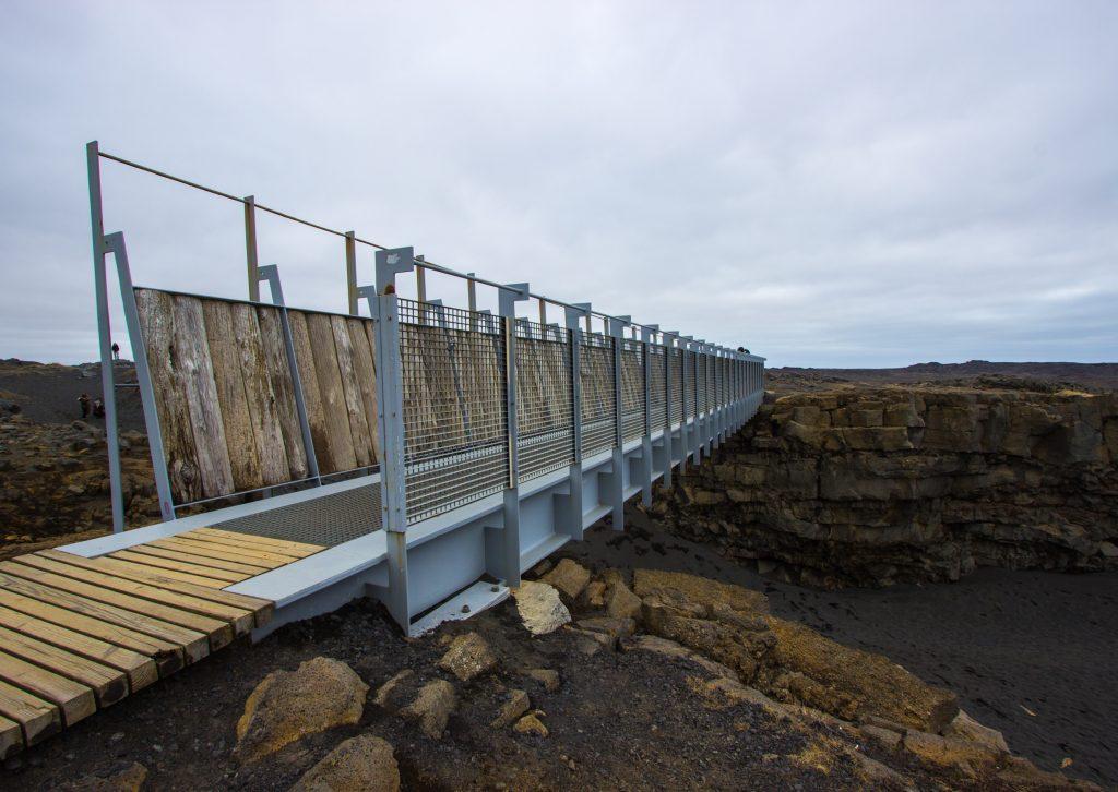 Most łączący płyty tektoniczne. Po stronie Ameryki Północnej.