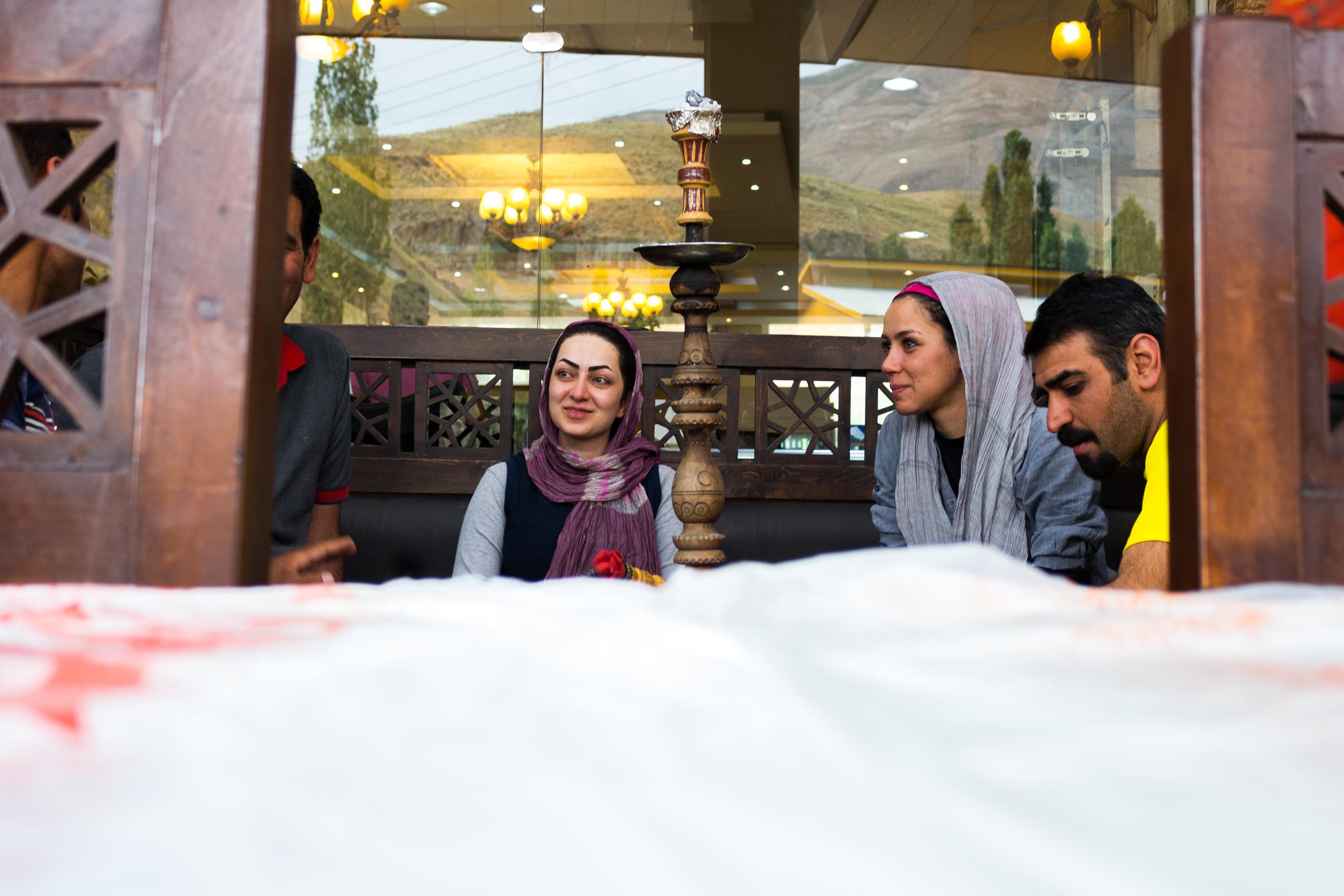 W Iranie brak jest alkoholu, więc ludzie spotykają się przy sziszy, towarzysko paląc tytoń.