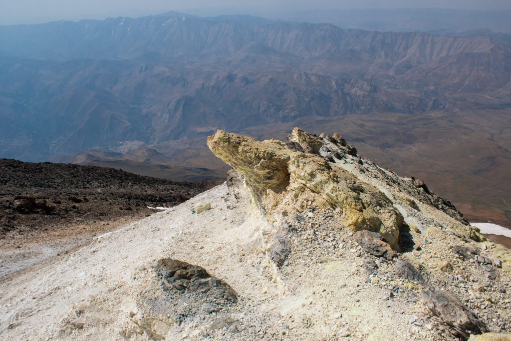 Siarkowy osad na skałach wokół
