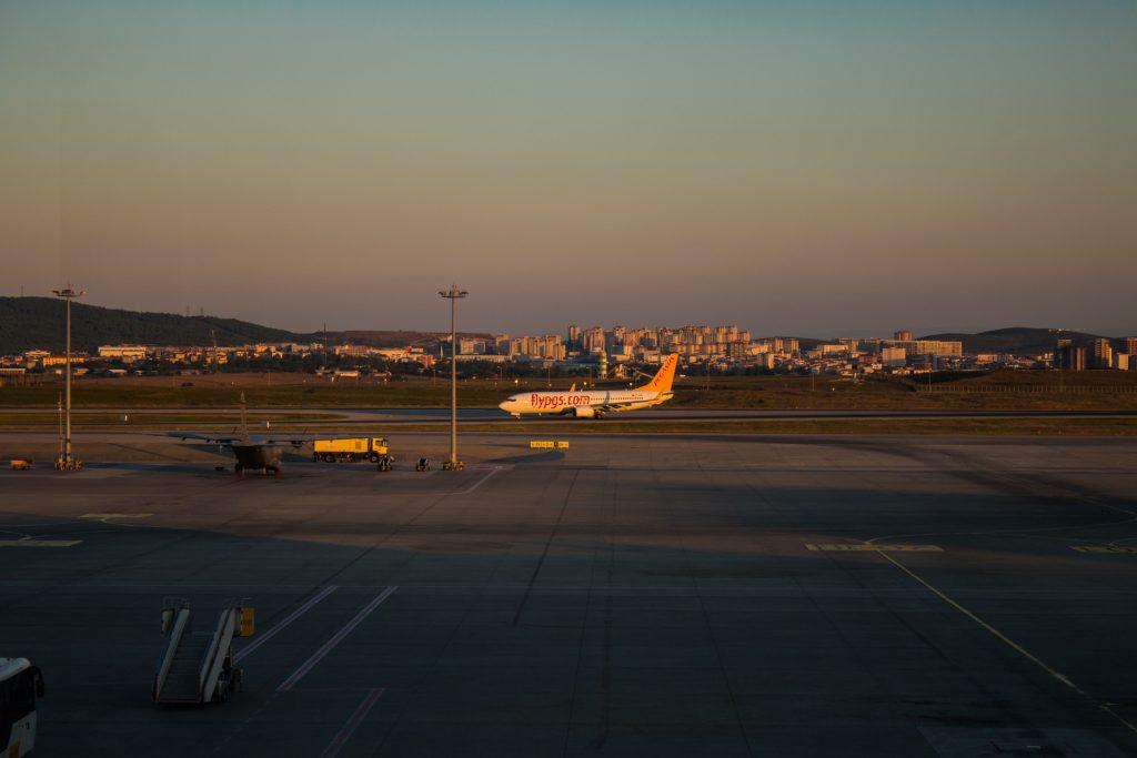 Lotnisko w Stambule. Czekając na samolot dotarły do nas informacje, że w Turcji rozpoczyna się rewolucja, a nasz lot jest zagrożony. Jeden z Turków czekających na ten sam lot uspokoił nas, że takie sytuacje zdarzają się średnio raz na 10 lat i nie ma potrzeby się niepokoić. Koniec końców, po trzykrotnym rozpędzaniu się na pasie startowym, byliśmy przed-przedostatnim samolotem, który tego dnia wyleciał z lotniska Stambuł-Sabiha Gökçen.