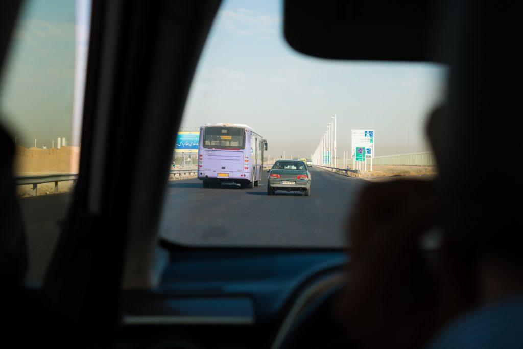Irańska autostrada. Pasów (a raczej jezdni) jest tyle, ile samochodów zmieści się obok siebie. Jeśli masz ochotę się zatrzymać albo cofnąć - nie ma problemu.
