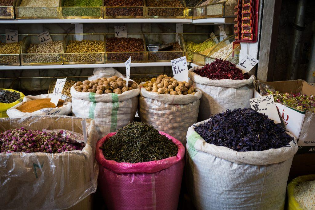 Targ w Teheranie, to przede wszystkim przyprawy i orzechy można kupić wszędzie. Sprzedawcy wyglądają jakby im nie zależało na tym żeby cokolwiek sprzedać, mają trochę olewający stosunek do klientów, a często nawet nie przejmowali się nami i rozmawiali przez telefon... Musieliśmy się niemal prosić żeby podali nam cenę jakiegoś towaru albo wyjaśnił czym się różni od innego.