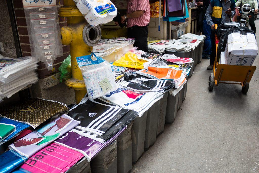 Na bazarze (pewnie dla szpanu) można kupić reklamówki zachodnich sieci, które nie mają swoich sklepów w Iranie.