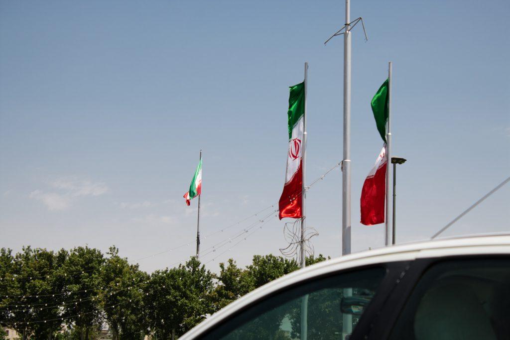 W Iranie niemal przy każdej atrakcji (ale i moście) znajduje się kilka, czasami ogromnych flag. Podobnie było na placu Azadi.