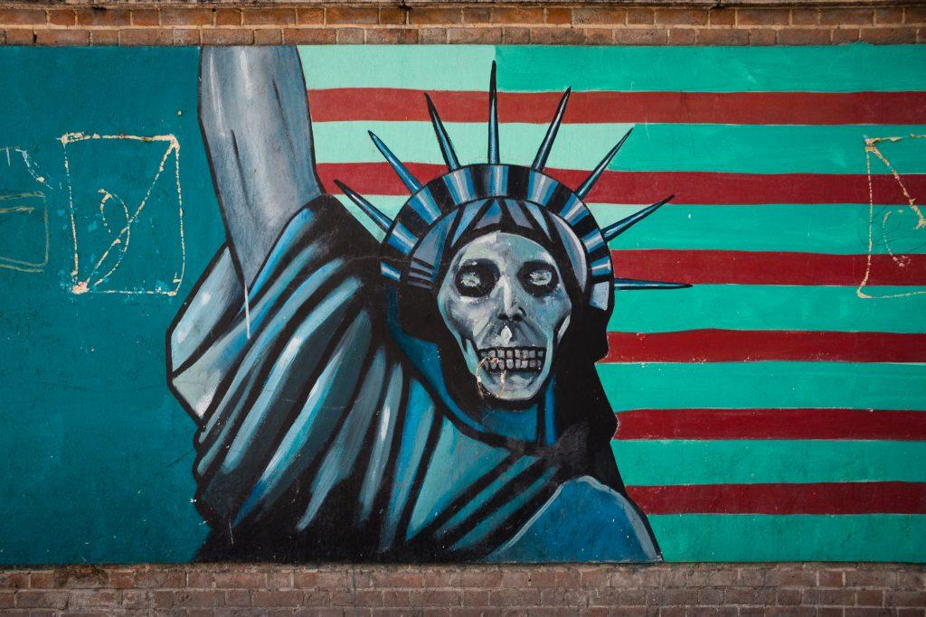 Antyamerykańskie murale pod byłą ambasadą amerykańską świetnie odzwierciedlają wciąż napięte stosunki między tymi państwami.