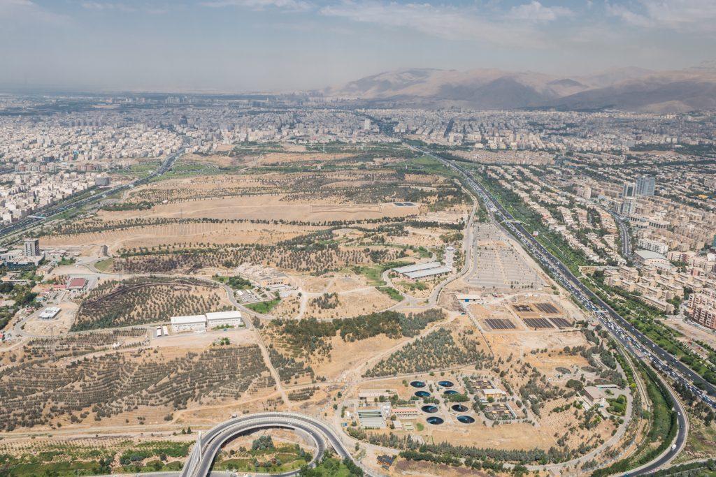 """Ciekawostka! Przewodnik powiedział nam, że ten brązowy obszar to """"płuca Teheranu"""" i jest to największy zielony(sic!) teren w całej stolicy. (Oni chyba zieleni nie widzieli :D ) Prawie w środku zdjęcia widać spore ogrodzenie - ponoć wybieg dla pum, ale nie mieliśmy okazji sprawdzić czy to prawda."""