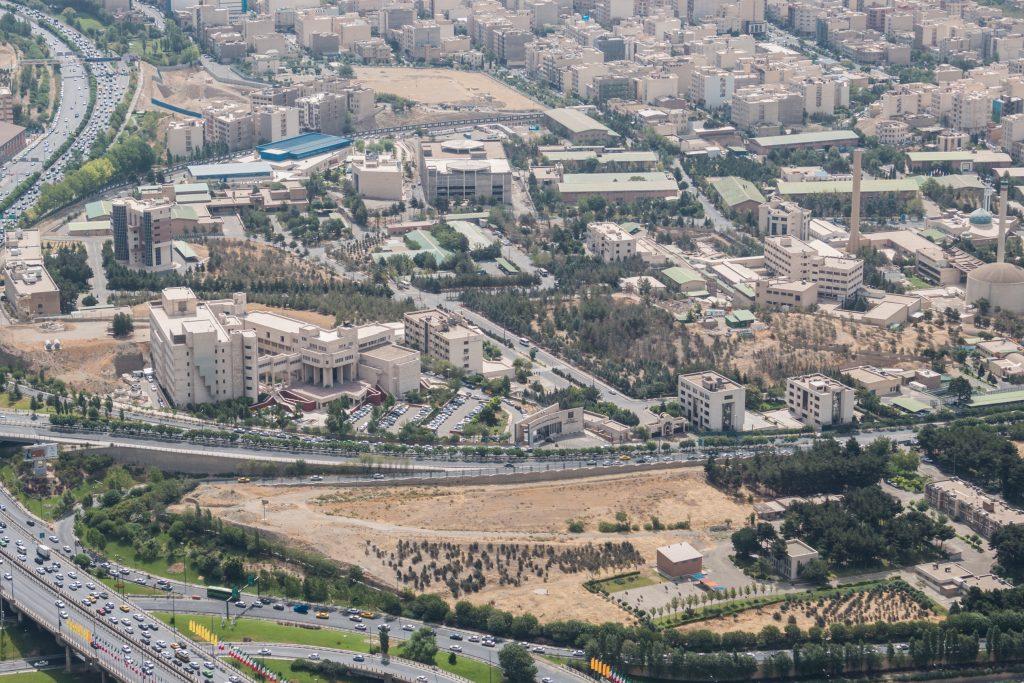 """Przewodnik: """"Widzicie tą czarną kopułę z kominem po prawej stronie?"""" My:""""Tą brązową?"""" Przewodnik odwracając się we wskazanym kierunku: """"No tak, teraz jest brązowa bo jest duże zapylenie, ale normalnie jest czarna. Tam znajduje się centrum nuklearne w Teheranie."""""""