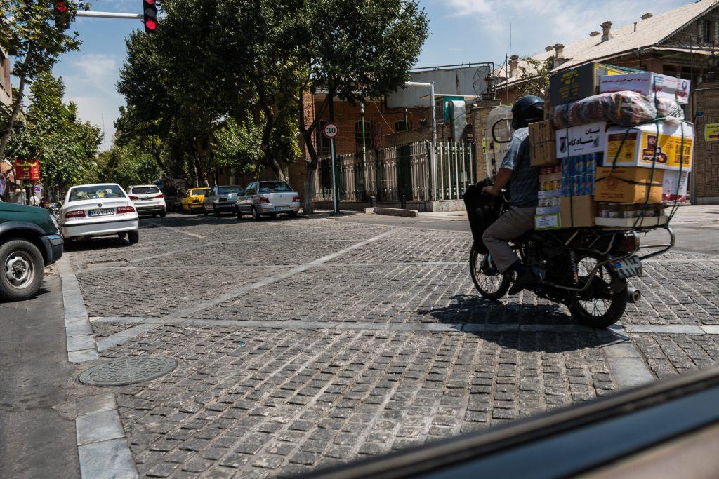 Motorem można wszystko. Jeździć po chodniku, przez przejście dla pieszych, po ulicy pod prąd, bez kasku, bez trzymanki, z napakowanym tyłem... Każdy jeździ tak, jak lubi.