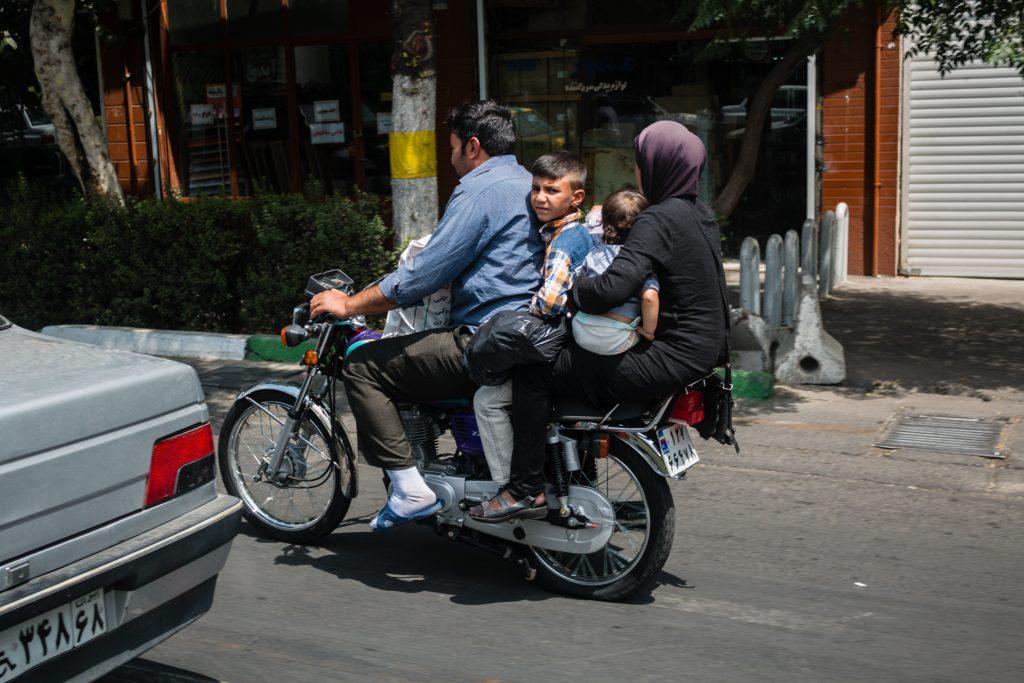 Na motorze jeździ tyle osób ile się zmieści. Widząc jak się upakowali, można sądzić, że jakby mieli jeszcze jedno dziecko to też by się zmieściło.