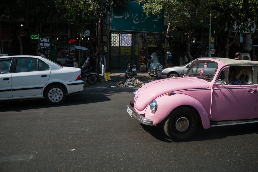 Nie wiem jak Irańczycy zapatrują się na różowe samochody, ale znając ich prawo (np. kara śmierci za stosunek homoseksualny) mogą w tej kwestii też nie być tolerancyjni. Samochód w takim kolorze widzieliśmy tylko jeden.