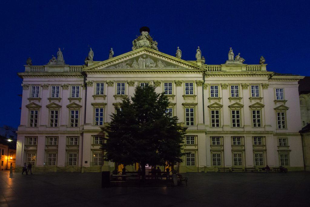 Zielony nocą, różowy za dnia Pałac Prysmasowski