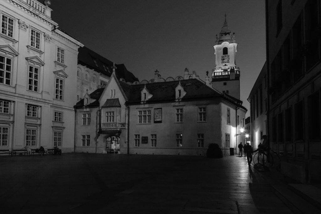 Plac Prymasowski nocą