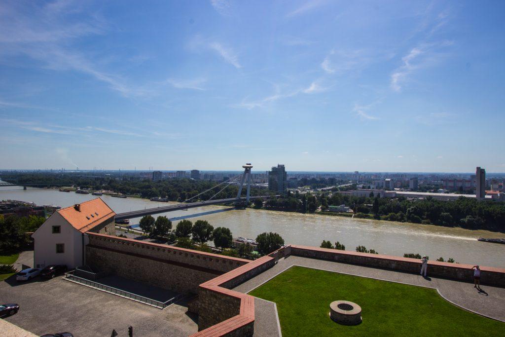 Widok na Dunaj, Most Słowackiego Powstania Narodowego wraz z znajdującą się na wysokości 84 m Restaurację UFO oraz na miasto.