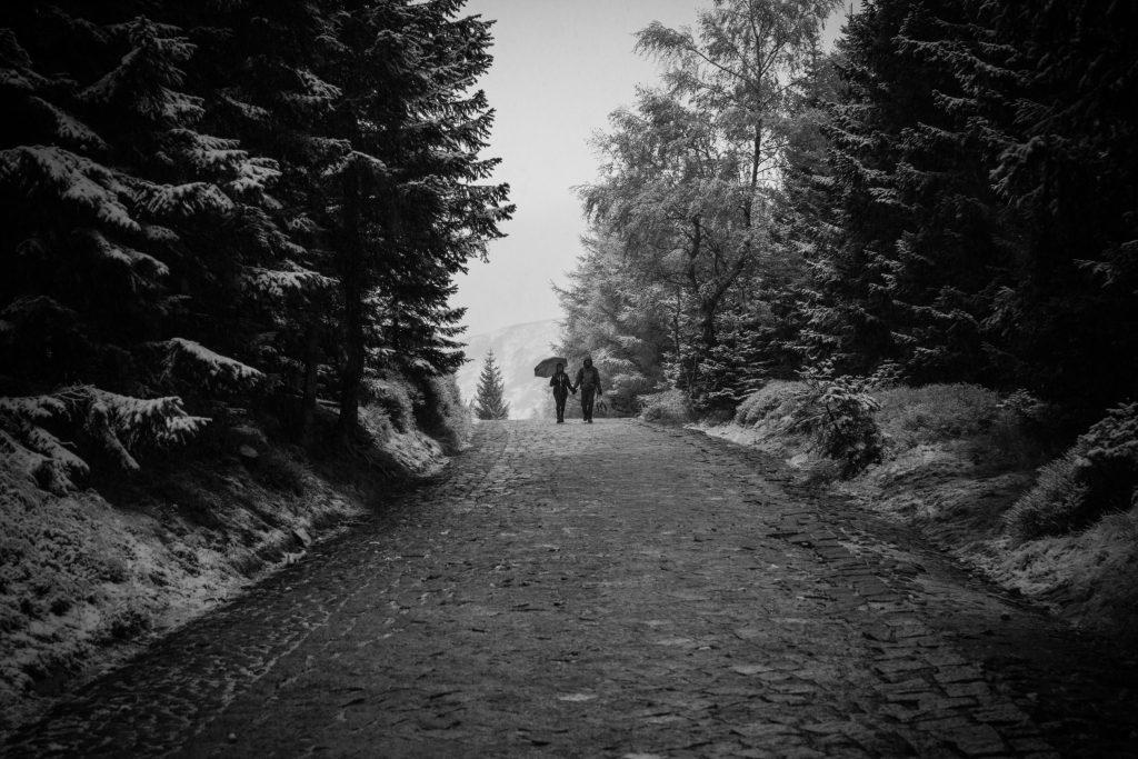 dwie osoby na szlaku