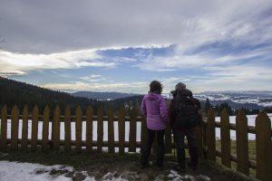 Dwie osoby patrzące na Gorce i Tatry