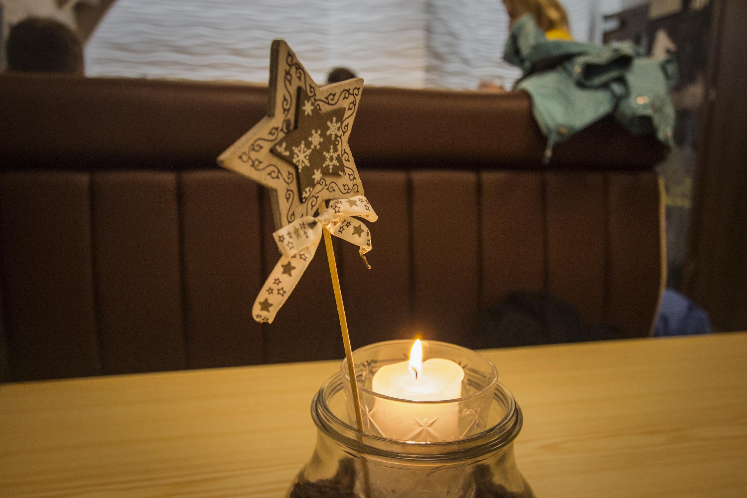 Świeczka z ozdobą świąteczną