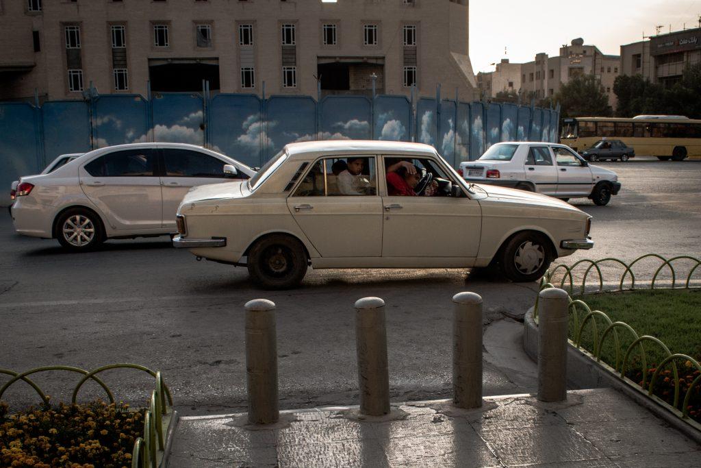 """W Iranie normalnym jest poruszanie się samochodem """"w tyle osób ile wejdzie""""."""