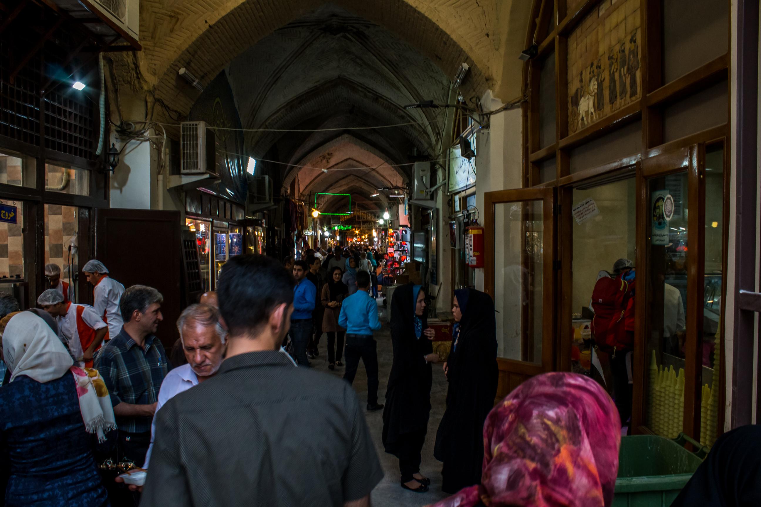 Główny bazar w piątek w godzinach wieczornych.