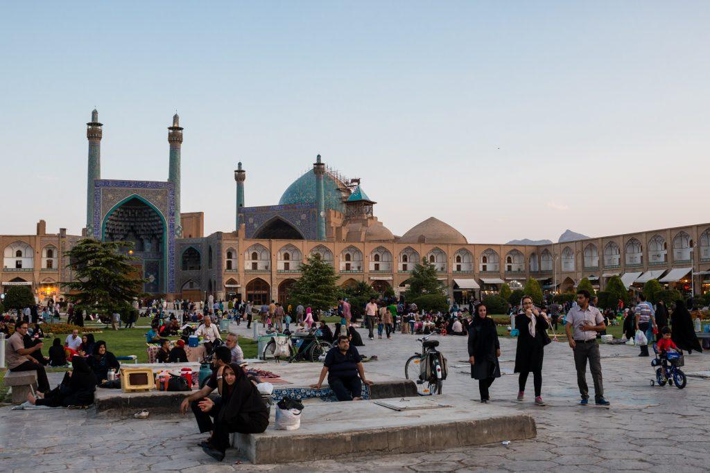 Plac Imama Homeiniego z meczetem Shaha w tle. Ilość ludzi na placu świadczy o tym, że jest to piątek, czyli dzień wolny w kulturze muzułmańskiej.