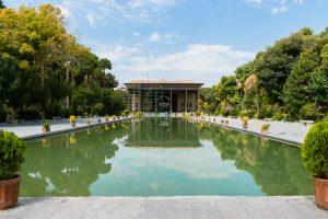 Pałac Chehel Sotoun to jedna z piękniej położonych atrakcji. Przed wejściem znajduje się 20 kolumn podtrzymujących frontową część sklepienia.
