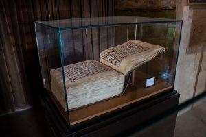 Koran napisany w piśmie kufickim.