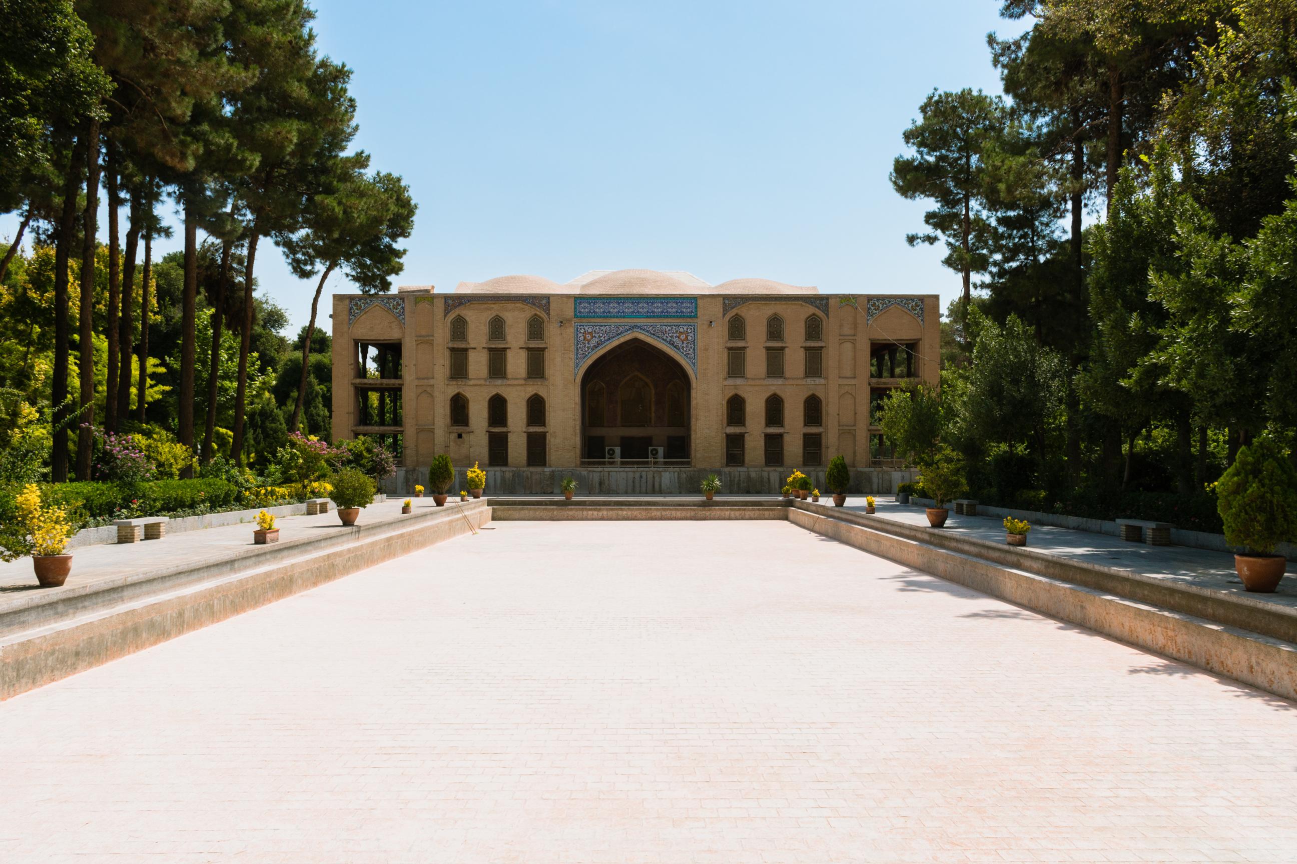 Tyły pałacu Chehel Sotoun z pięknymi ogrodami wokół i muzeum w środku. Chyba zabrakło wody żeby wypełnić ten basen. ;)