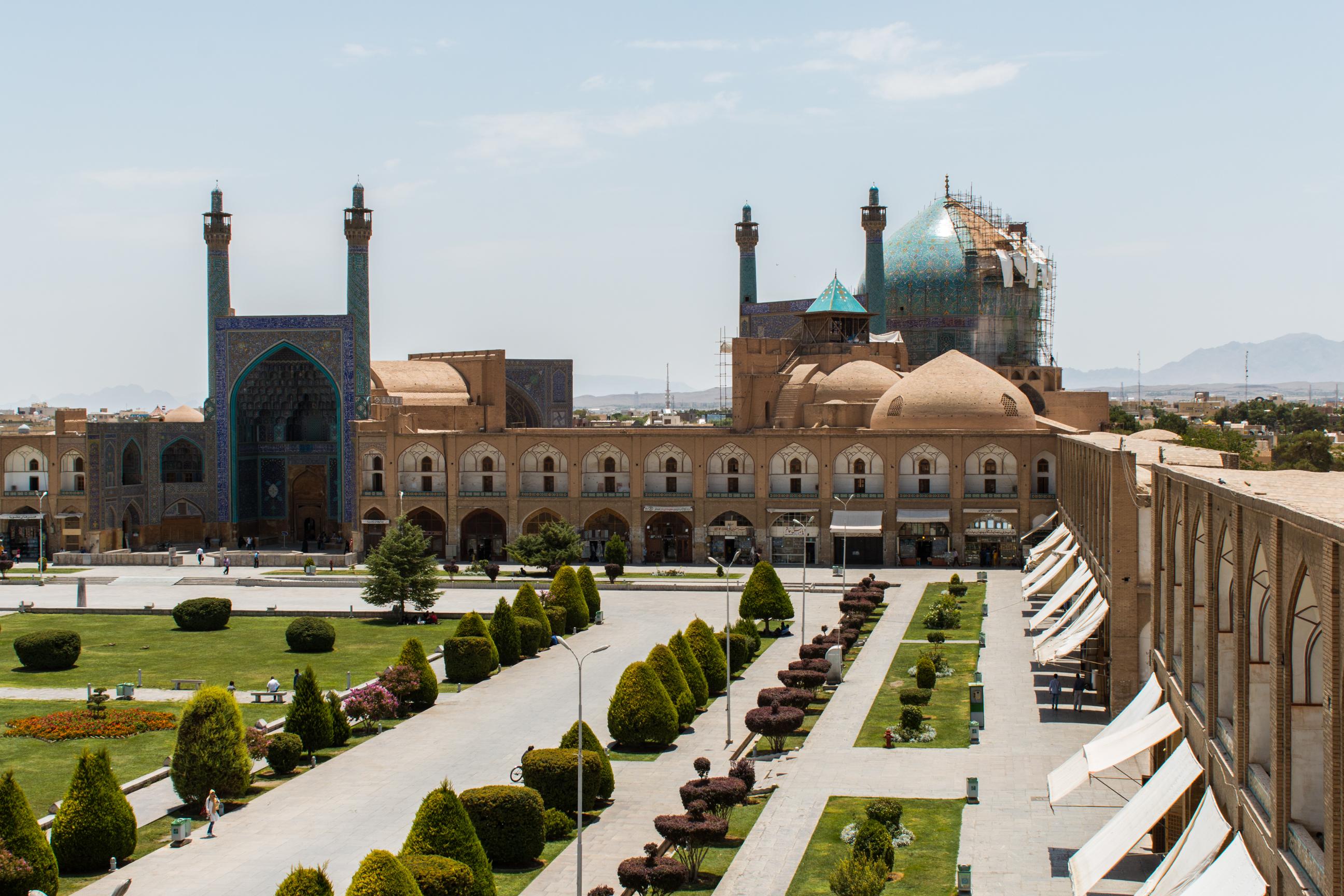 Meczet Shah przy placu Imama Homeiniego. Dach meczetu w trakcie renowacji. Meczet Shah posiada 4 minarety, które wznoszą się na 42 metry.