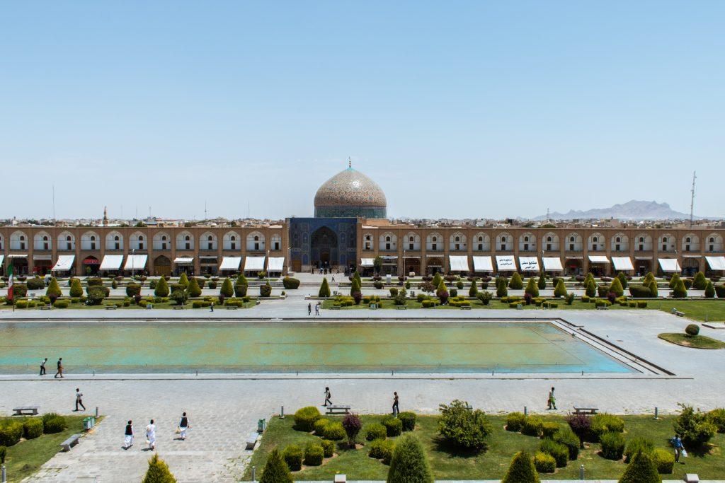 Meczet Sheikh Lotfollah przy placu Imama Chomeiniego. Warto zwrócić uwagę na nietypowy brak minaretów.