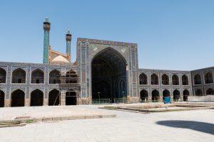 Wewnętrzna strona wjścia do meczetu Shah z widocznymi minaretami.