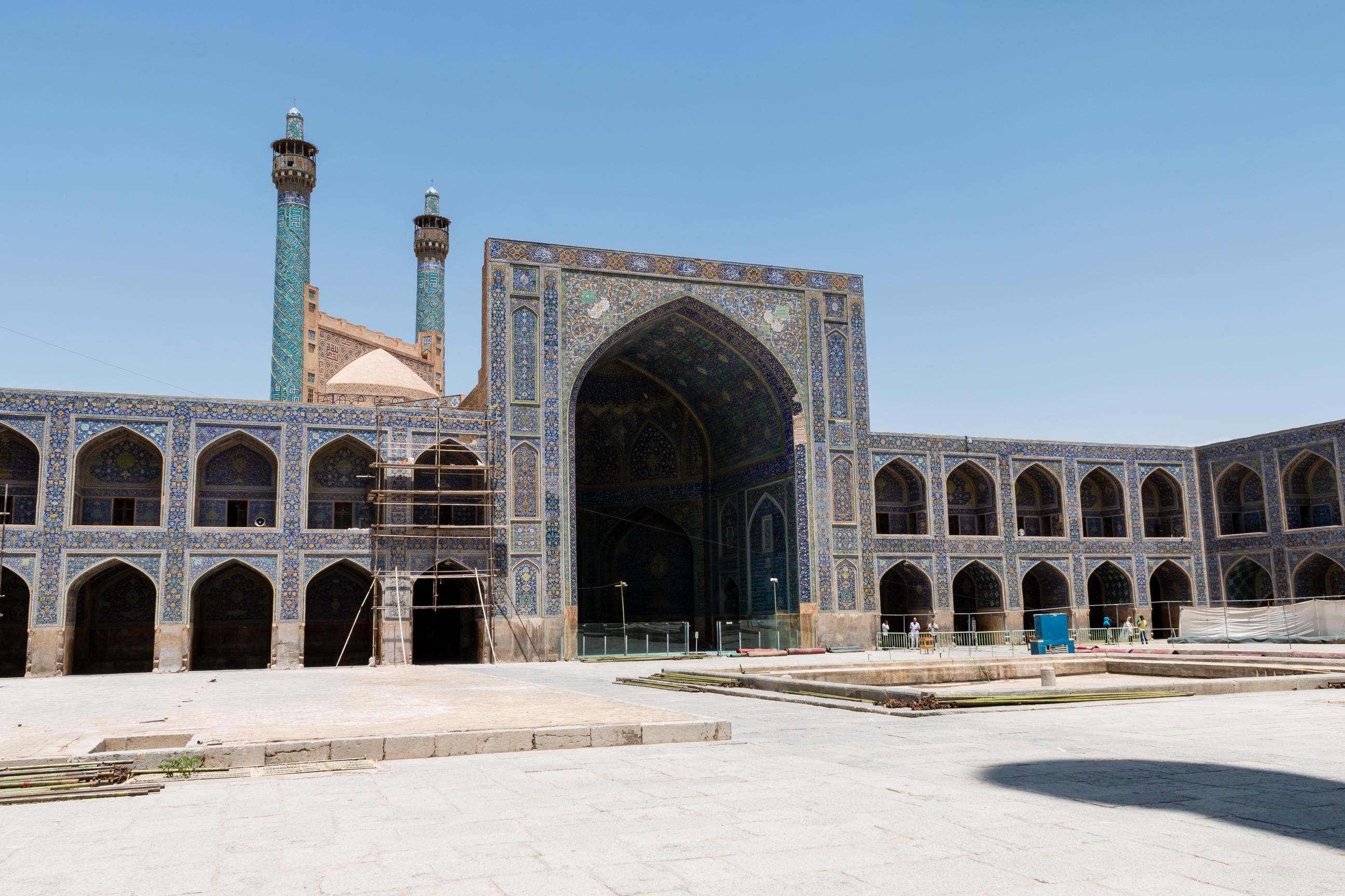 Wewnętrzna strona wyjścia do meczetu Shah z widocznymi minaretami.