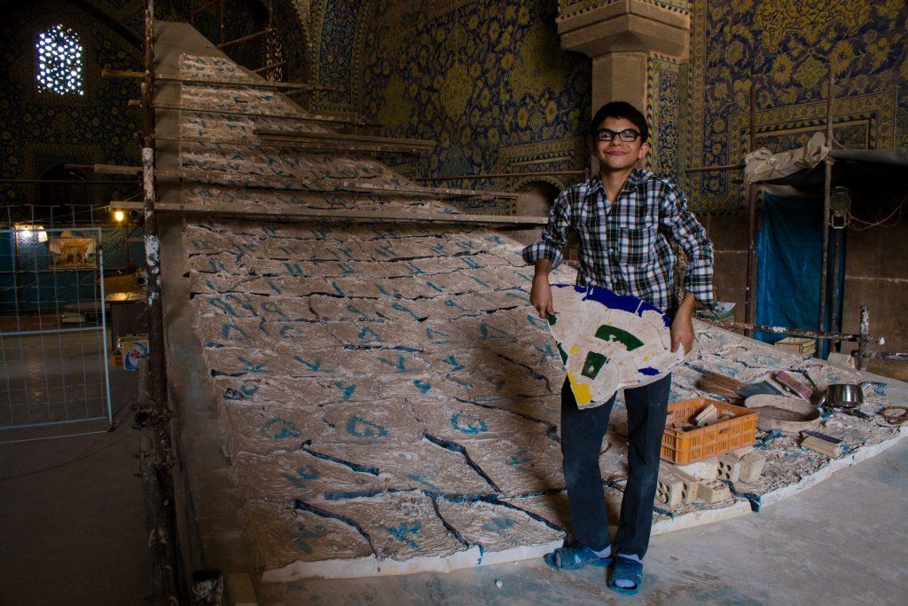 Konserwacja sklepienia meczetu. Zajmują się nią dwie osoby - ten chłopak i jego ojciec.