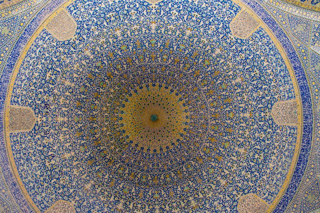 Sklepienie głównej kopuły meczetu Shah (nie wszystko udało się złapać na zdjęciu). Robi ogromne wrażenie. Moc kolorów to cecha charakterystyczna większości meczetów.